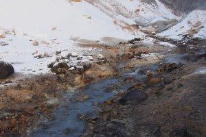 ธารน้ำร้อนที่ไหลขดเคี้ยวไปมาในภูเขาไฟ