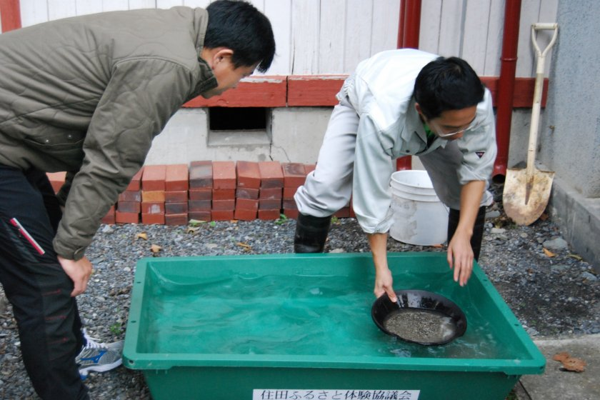 Instuctor, Yasuyuki Sasaki demonstrates how to pan for gold.