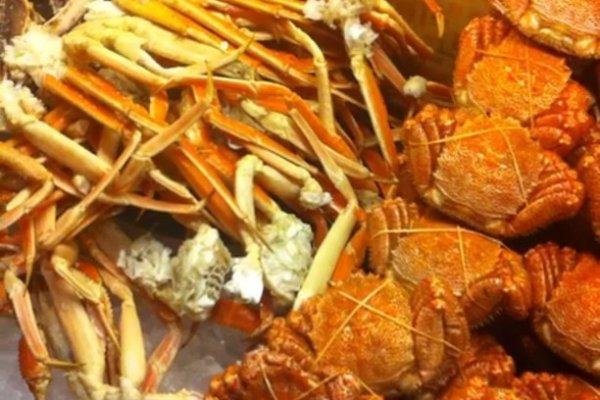 ขาปูและปูทั้ง3ชนิดได้แก่ปูทาราบะปูขนและปูสึไวไฮไลท์อาหารทะเลของร้านNanda