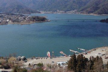 <p>ทะเลสาบคาวากุจิในมุมสูง</p>