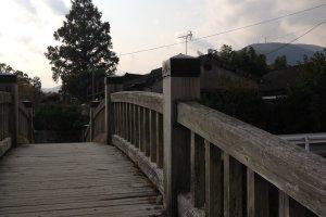 จากบนสะพานมองเห็นวิวทะเลสาบคินริน