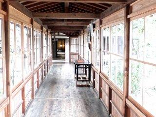 Длинный деревянный коридор