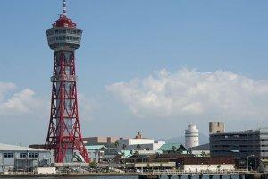 หอคอยท่าเรือริมอ่าวฮากาตะ (Hakata Port Tower) มีความสูง 100 เมตร ชั้นชมวิวอยู่ที่ระดับความสูง 70 เมตร เข้าชมได้โดยไม่ต้องเสียค่าบัตรผ่านประตู