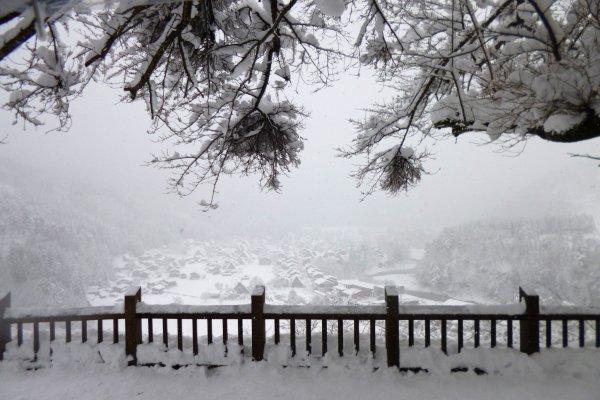 จากจุดชมวิว ถ้าหิมะไม่ตกหนัก ต้องสวยกว่านี้แน่ๆ