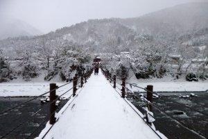 สะพานเข้าหมู่บ้าน