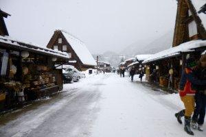 ถนนหลักของหมู่บ้าน