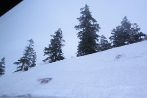 ระหว่างทางเห็นกำแพงหิมะหนาขึ้นเรื่อยๆ