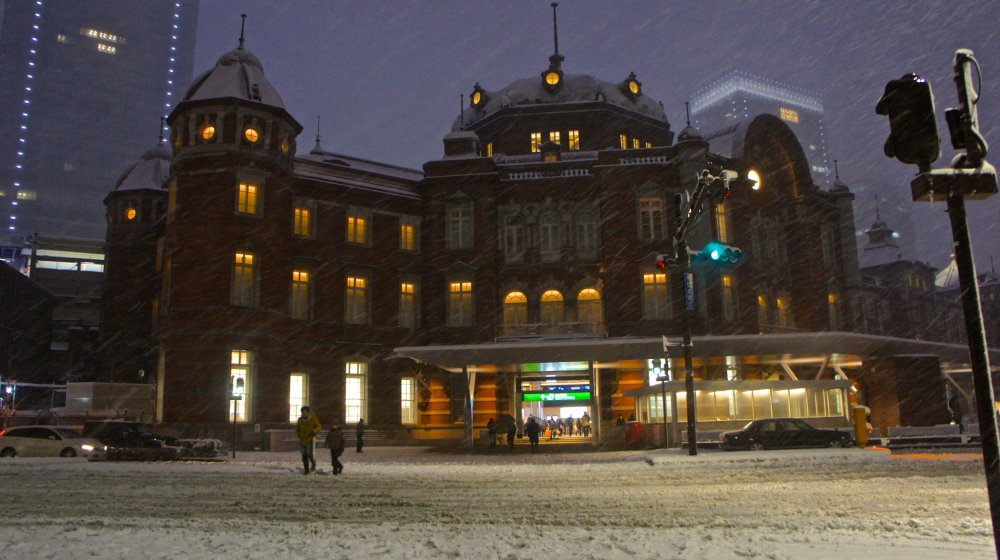 Ga Tokyo vào một ngày đầy tuyết—trông khá huyền bí