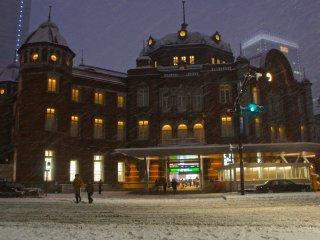 雪の日の東京駅 --- 神秘的に見える