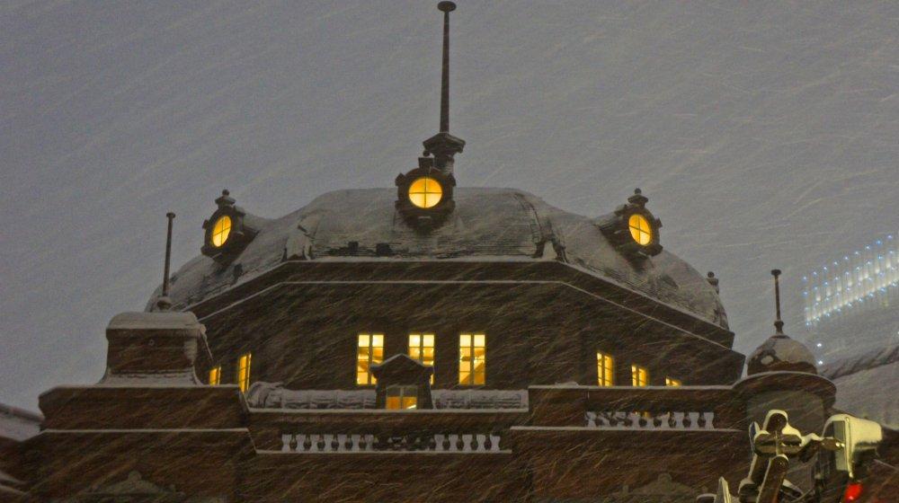 Những đợt tuyết rơi vào năm 2013 và 2014 dày đến nỗi tuyết còn tích tụ trên mái nhà ga—một đỉnh tuyết!