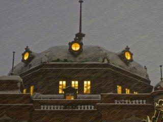 2013年と2014年は、駅舎の屋根に積もるほどの積雪があった --- 雪の帽子だ!