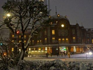 雪景色は珍しいので、この日、駅の周囲には沢山の写真家が集まっていた