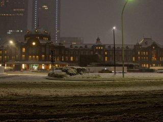 この日の豪雪で都市機能は基本的に麻痺した。いつもは混雑する駅もがらんとしている。外に出る人も少なく、車は殆ど走っていない