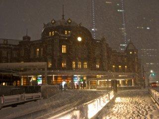 Một vài hoạt động ở lối vào phía nam của ga Tokyo, một vài chiếc xe buýt vẫn tiếp tục chạy dù thời tiết xấu.
