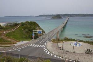 山口県側の丘の上から眺めた角島大橋