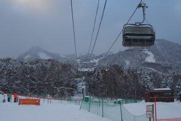 <p>ภาพลิฟท์กำลังพานักสกีขึ้นไปบนยอดเขาข้างบน</p>