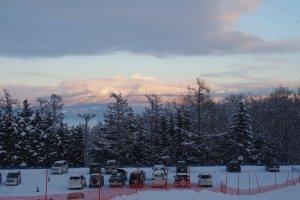 ภาพวิวภูเขาที่เต็มไปด้วยหิมะ ถ้าเข้ามาในลานสกี Furano ก็จะเห็นวิวสวยๆ แบบนี้