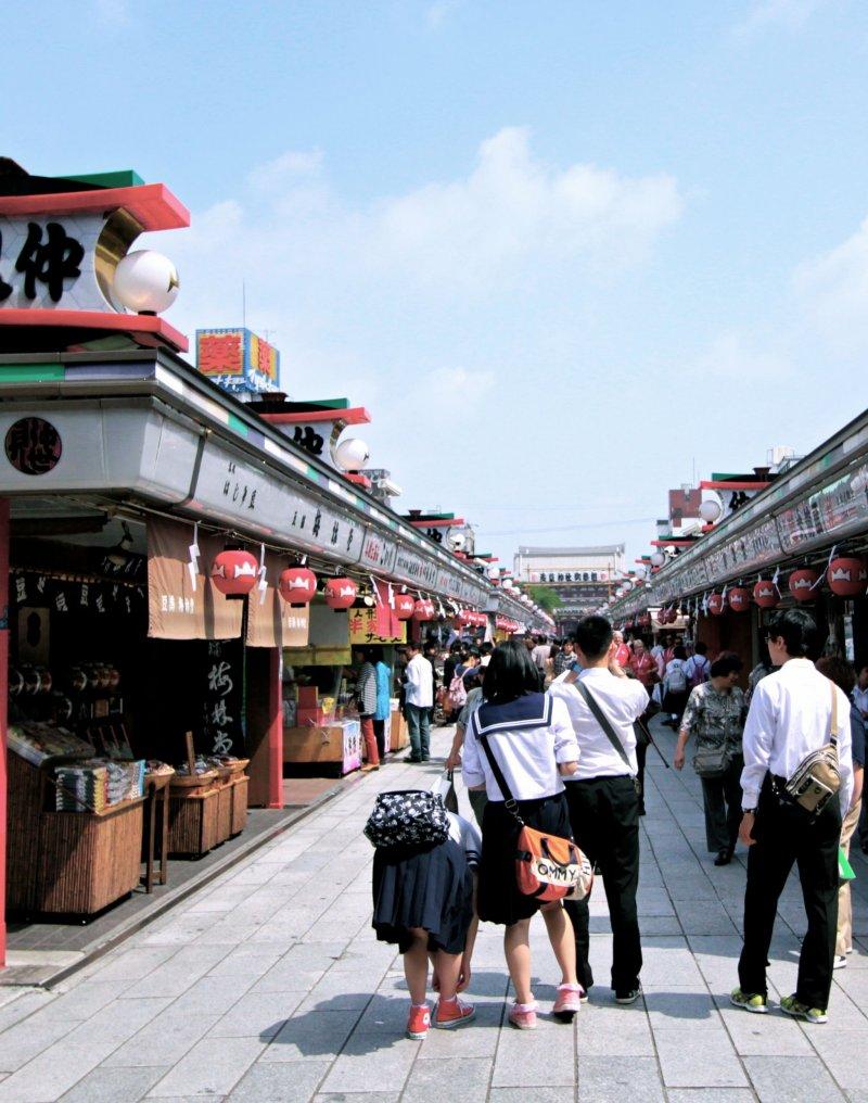 <p>ทางเข้าวัดเรียงรายไปด้วยโคมแดงขนาดจิ๋วสองข้างทาง และนักเรียนชาวญี่ปุ่นก็มีทัศนศึกษาที่นี่เยอะไม่แพ้นักท่องเที่ยวเลยทีเดียว</p>