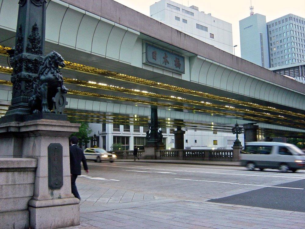 Ngày nay, công trình bằng đá Nihonbashi( thực ra là cây cầu Nhật Bản) bị lu mờ bởi đường cao tốc Shuto. Đã từng có một dự án đưa đường cao tốc Shuto xuống lòng đất để mang lại cảnh quan tốt hơn cho cây cầu nhưng đề xuất đó đã bị hội đồng thành phố bãi bỏ