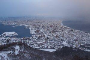 วิวจากยอดเขา Mt.Hakodate ในเวลากลางวัน จะสามารถเห็นวิวเมือง Hakodate ทั้งเมืองถูกประกบด้วยเวิ้งน้ำทะเลสีฟ้าเข้ม สวยงามไปอีกแบบ