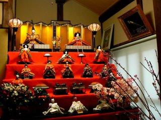 이 히나마츠리 전시는 황제와 황후 뒤에 금빛 스크린을 가지고 있다