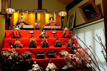 <p>This Hinamatsuri display has a gold screen behind the emperor and empress</p>