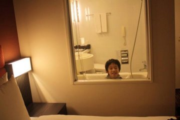 <p>ห้องน้ำ และห้องนอน มีบานกระจกกั้น แต่ก็มีม่านปิดเป็นสัดส่วน</p>