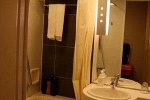 ห้องน้ำที่สะอาด ค่อนข้างกว้าง และพนักงานเข้ามาเปลี่ยนอุปกรณ์ในห้องน้ำให้เป็นประจำวันละ 2 ครั้ง