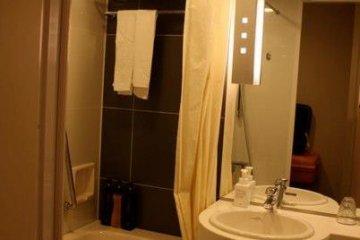 <p>ห้องน้ำที่สะอาด ค่อนข้างกว้าง และพนักงานเข้ามาเปลี่ยนอุปกรณ์ในห้องน้ำให้เป็นประจำวันละ 2 ครั้ง</p>