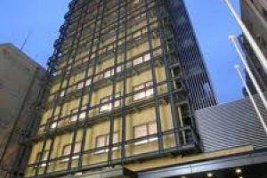 ตึกของโรงแรมวิสต้าแกรนด์ในย่านซินไซบาชิ/นัมบะ เดินจากสถานีรถไฟมาไม่ไกล
