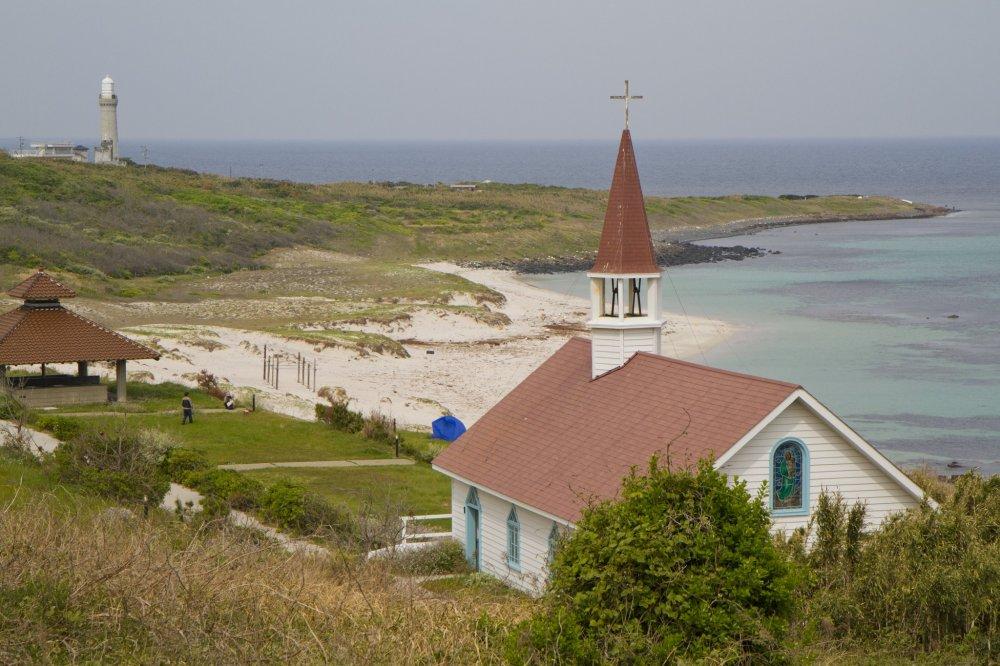 """Sebuah """"gereja"""" kuno menghadap perkemahan pantai ini"""