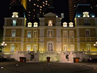 프랑스 레스토랑 샤토 레스토랑의 야간에 빅토리아 시대 스타일의 가로등이 설치된 18세기 건축