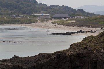 <p>ชายหาดและหมู่บ้านลมทะเลที่อยู่ด้านหลัง ภายในมีอาหาร ศูนย์บริการข้อมูลนักท่องเที่ยว และอื่นๆ</p>