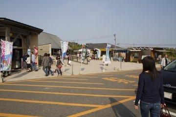 <p>หมู่บ้านลมทะเลตั้งอยู่ฝั่งตรงข้ามของถนน</p>