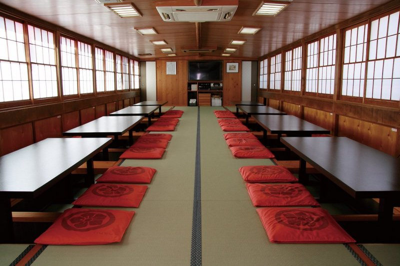 Tables are also available in addition to tatami mats.