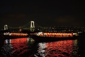 Passing through the Rainbow Bridge is a highlight of the houseboat cruise.