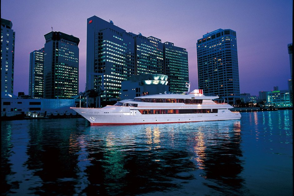 The night view from the luxurious cruise ship is just like a scene from a movie